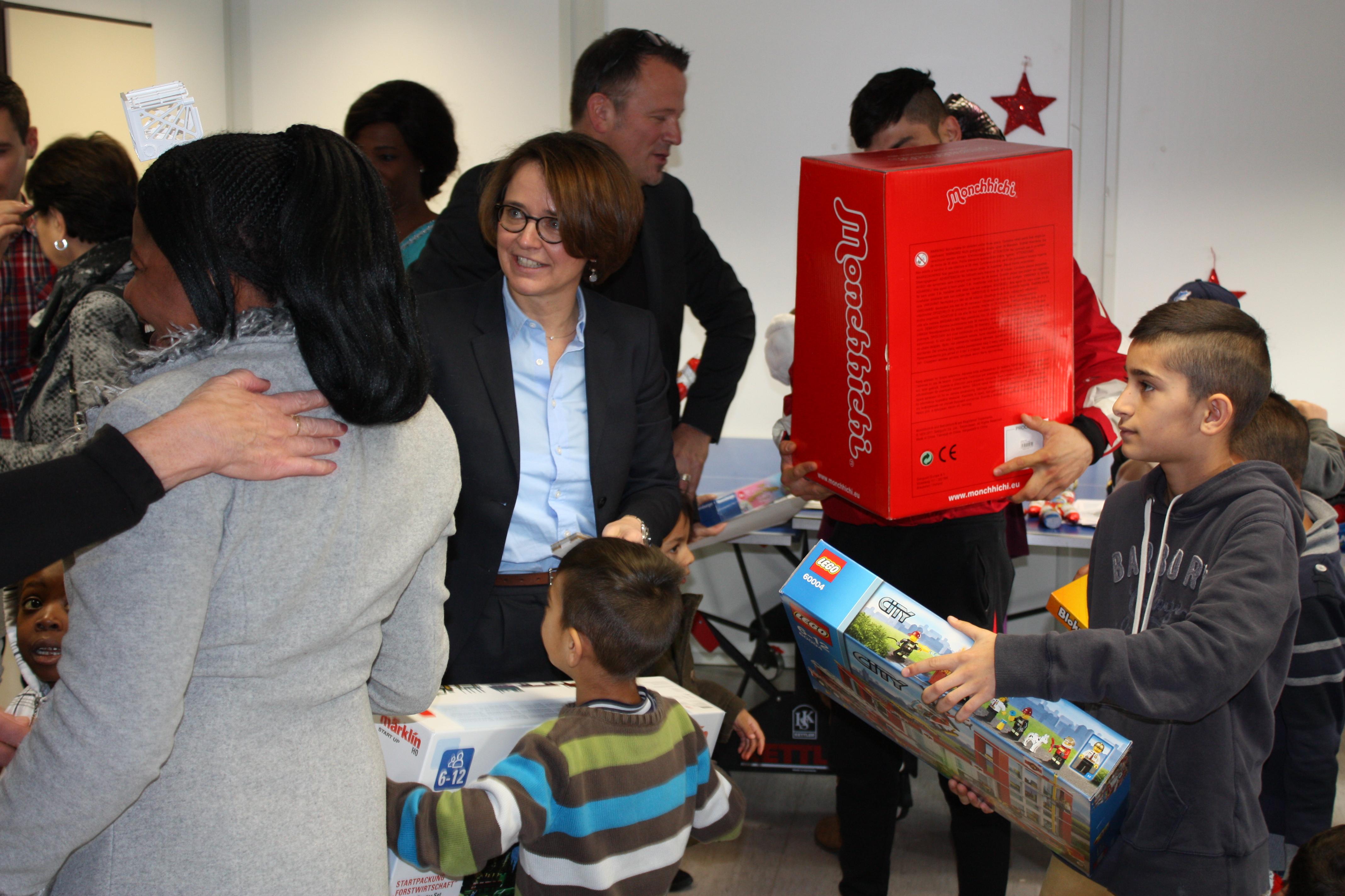 PSts Annette Widmann-Mauz MdB bei der Übergabe der  Spielwaren.